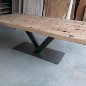 Eiken tafel met metalen v-poot